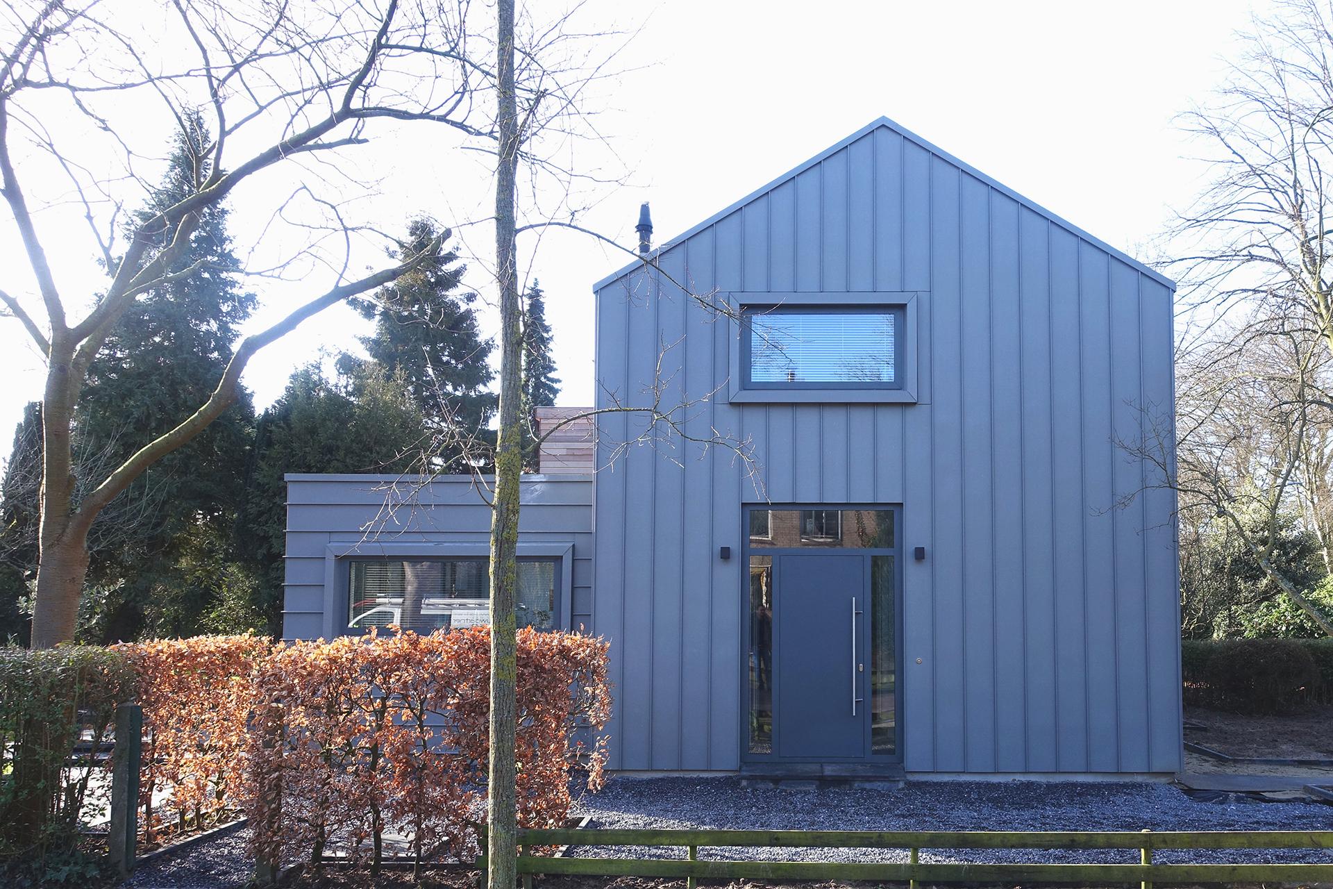 Aanbouw en renovatie van een hoekhuis tot een eigentijdse woning - Creeren van een tuin allee ...